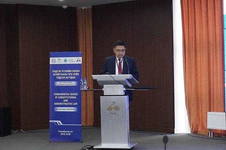 Prof. Dr. J.Erdenebulgan - Direktor des Rechtsinstituts der Mongolischen Staatsuniversität eröffnet die Konferenz