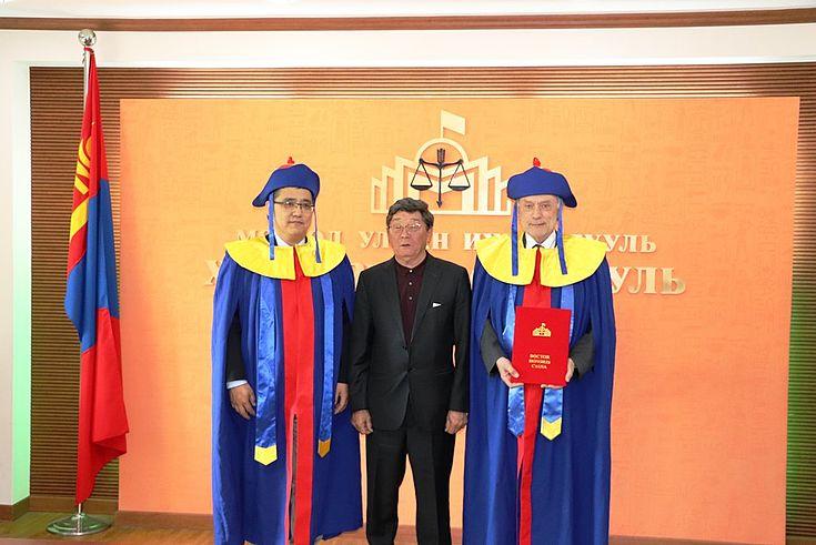 зүүнээс: МУИС-ийн ХЗС-ийн захирал профессор, доктор Ж.Эрдэнэбулган, Аакадемич С.Нарангэрэл, шинэхэн Хүндэт доктор Вилли Ланге