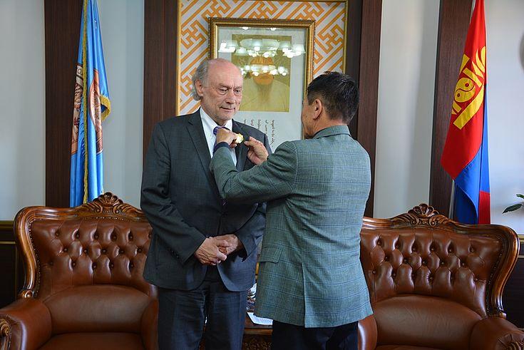 Der Justiz- und Innenminister Ts.Nyamdorj würdigt Herrn Lange mit der höchsten Anerkennung des Justizministeriums