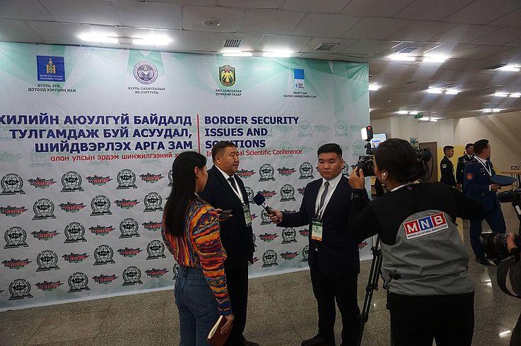 Die Inhalte und Bedeutung der Konferenz wird durch den Öffentlichen Nationalen Rundfunk des Landes interviewt