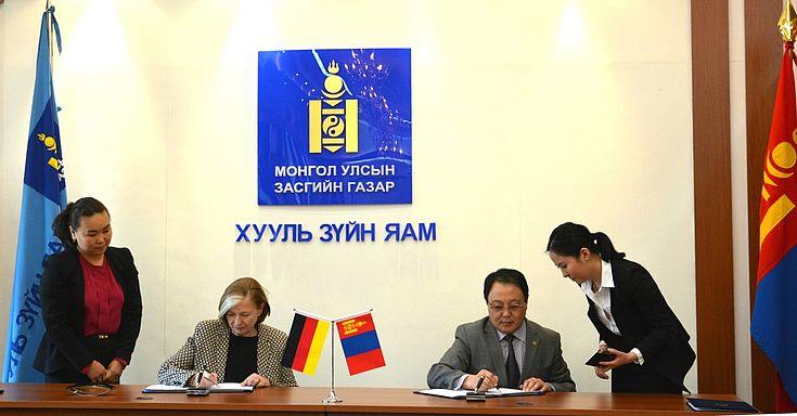 Während des Besuchs der Vorsitzenden Prof. U.Männle im Jahr 2015 wurde die Fortführung der Kooperationsvereinbarung zwischen der HSS und der Regierung der Mongolei unterzeichnet.
