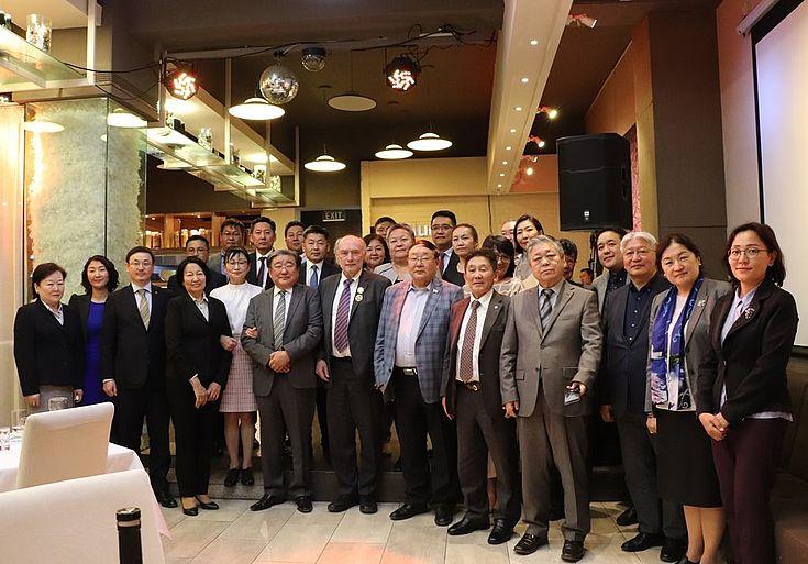 Mit mongolischen Juristen aus dem Bereich des Verfassungs- und Verwaltungsrechts und Vertretern von Partnerinstitutionen