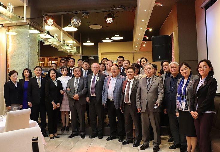 Монголын үндсэн хууль, захиргааны эрх зүйн салбарын хуульч, эрдэмтэд, зарим түншлэгч байгууллагын төлөөлөгч нарын хамт