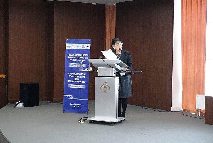 Die HSS-Projektleiterin Prof. Dr.jur.habil. Ts.Sarantuya kritisierte den fehlenden politischen Willen der Entscheidungsträger zur Umsetzung der Verfassungswerte