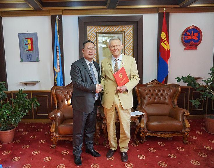 Hr. G.Bayasgalan - Staatssekretär des Ministeriums für Justiz und Inneres der Mongolei überreicht Dr. Harbich die Auszeichnung