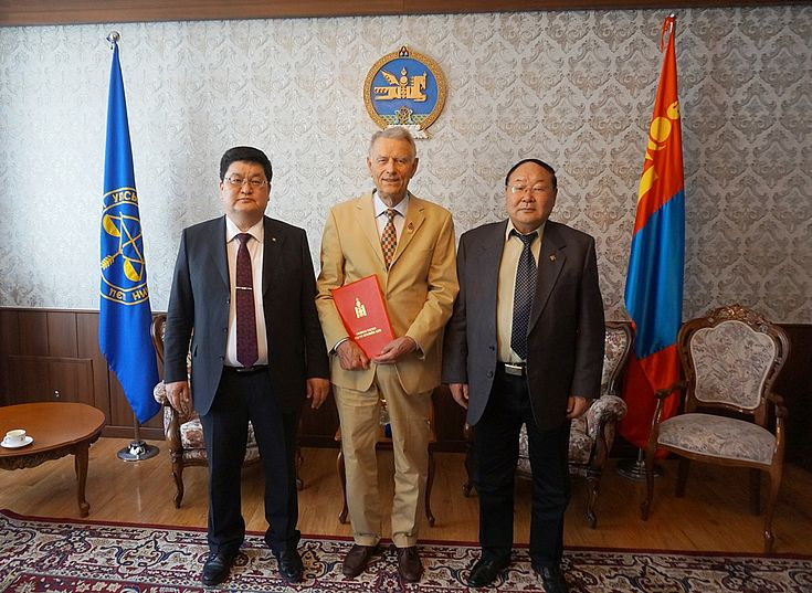 v.l.n.r. D.Odbayar - Präsident des Verfassungsgerichts, Dr. Dr.h.c. J.Harbich, Akademiker N.Jantsan - Mitglied des Verfassungsgerichts, Verdienter Jurist der Mongolei