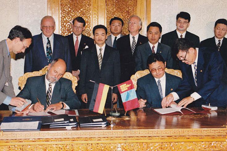 Während des Besuchs des ehemaligen Bundespräsidenten Roman Herzog wurde das Abkommen für die weitere Zusammenarbeit zwischen Mongolei und Deutschland unterzeichnet.
