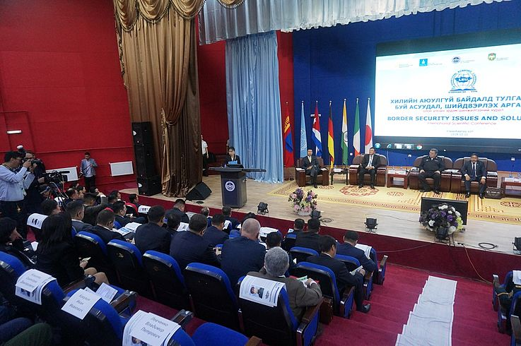 Leiterin der HSS Vertretung Prof. Dr. jur.habil. Ts.Sarantuya spricht den Teilnehmern ein Grußwort aus