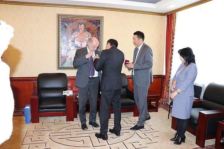 Der Präsident des Obersten Gerichts Kh.Batsuren verleiht Herrn Lange das Ehrenabzeichen