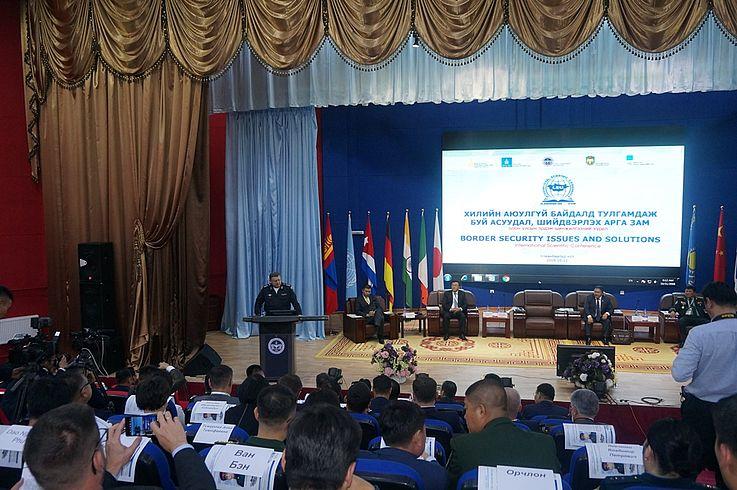 Stv. Minister und Staatssekretär des Ministeriums des Innern der Russischen Föderation Subow Igor Nikolayevitsch begrüßt Teilnehmer der Konferenz
