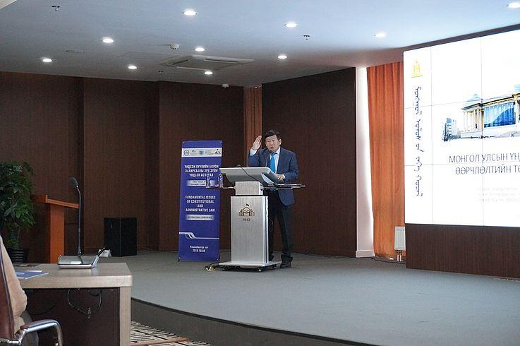 """Prof. Dr. D.Lundeejantsan - Mitglied des Großen Staatskhurals (Parlament der Mongolei) referiert zum Thema """"Verfassungsänderungsentwurf, seine Konzeption"""""""