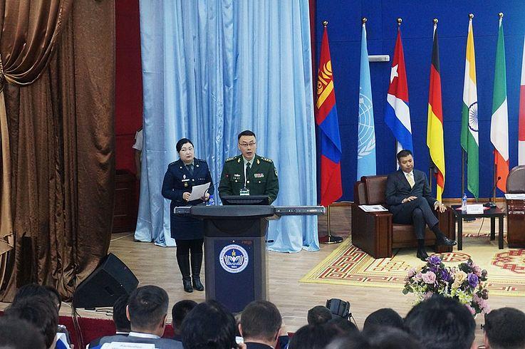 """Oberst Wang Ben - Stv. Leiter der Grenzabteilung der Grenzbehörde beim Innenministerium der VR China hält den Vortrag zum Thema """"Aktuelle Grenzsicherheitsprobleme, Lösungsansätze"""""""