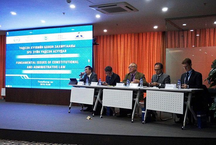 Prof. Dr. jur. D.Bayarsaikhan, Leiter des Lehrstuhls für öffentliches Recht, Rechtsinstitut, Mongolische Staatsuniversität, moderiert die Hauptsitzung der Konferenz